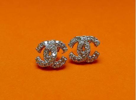 """Afbeelding van """"C"""" oorknopjes in sterling zilver met ronde kubiek zirkonia, twee vervlochten C-vormen - medium"""
