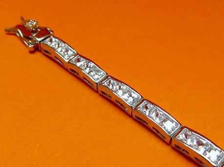 """Afbeelding van """"Klassieke rijen zirkonia"""" tennisarmband in sterling zilver en railzettingen van vierkante kubiek zirkonia"""