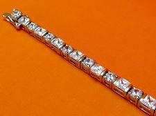 """Afbeelding van """"Klassieke zirkonia"""" tennisarmband in sterling zilver met ronde en vierkante kubiek zirkonia"""