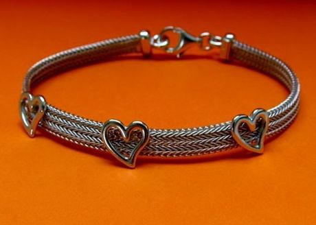 """Afbeelding van """"Herringbone hart"""" armband volledig in Italiaans sterling zilver, platte herringbone versierd met gepolijste hartjes"""