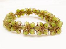 Image de 14x13 mm, perles de verre tchèque pressé, fleur de cerisier, panaché de vert mousse et de blanc floral, mat, patine dorée à l'ancienne